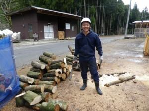 森林ボランティアにて、チェーンソーを持って